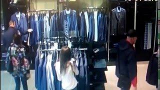 Шакалы крадут вещи в магазине