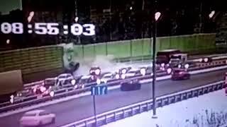 В Подмосковье BMW в результате ДТП пролетел над Дмитровским шоссе