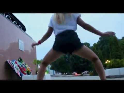 В Почепе школьницы станцевали эротический танец на военном мемориале