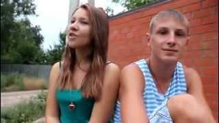 Парень с девушкой красиво поют ( малолетняя дочь)