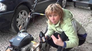 Замена масла в газонокосилке с четырёхтактным двигателем.