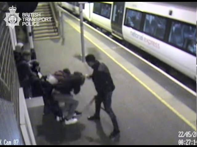 شخص يرش الأسيد على وجوه مجموعة شبان  في محطة مترو بريطانية