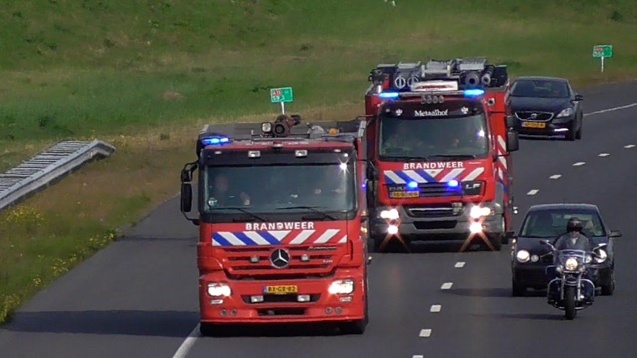Schuimblusvoertuig en Tankautospuit Brandweer Rotterdam-Oost met spoed naar een brand in de Botlek!