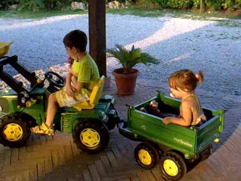 capaccio fede e meli sul trattore a pedali divertente