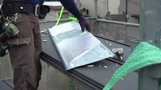 金属屋根材の断熱材を切断する様子【屋根リフォーム】