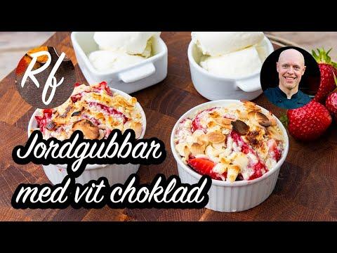 Bjud på varma jordgubbar gratinerade med riven vit choklad och lite flagad mandel.>