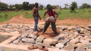 preview picture of video 'Kimbilio - Näyttämön kivetystä ja raudoitusta - 20.2.2013 - Morogo, Tansania'
