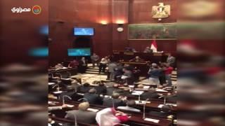 تحميل اغاني الحسيني يهاجم خالد يوسف وطنطاوي يرد بإلقاء ميكروفونه علي الأرض MP3