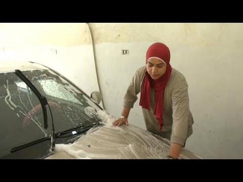 العرب اليوم - شاهد: مصريتان تتحديان الرجال في حرفة غسيل وتشحيم السيارات