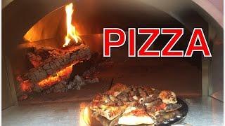 Pizza aus dem Pizzaofen mit Schinken und Ruccola --- Klaus grillt