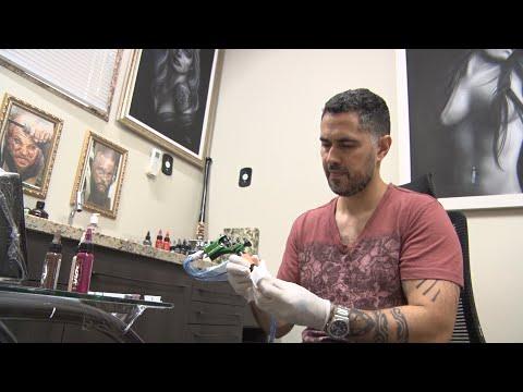 Outubro Rosa: tatuador usa a arte para devolver autoestima a mulheres mastectomizadas