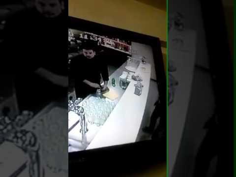 Bar napoletano, un cliente per rispondere al cellulare si rovescia il bicchiere d'acqua sulla giacca