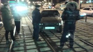 Водитель ВАЗа чудил со столбами и трамваями