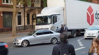 Mercedes Benz 2 guys attacking DPD truck. Road Rage