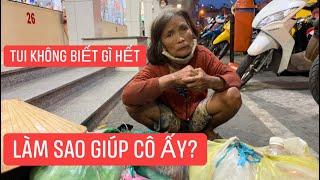 """Người phụ nữ """"rách rưới"""" ngồi bên đường tưởng xin ăn, muốn giúp nhưng không thể!!!"""