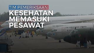 Tim Pemeriksaan Kesehatan Memasuki Pesawat Batik Untuk Melakukan Pemeriksaan WNI dari Wuhan
