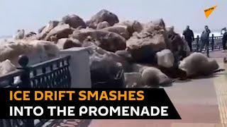 Lodowe  kamole wylaza na ulice aby zaprotestowac