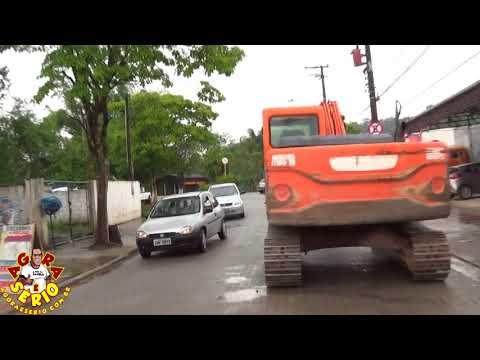 Retroescavadeira da Prefeitura de Juquitiba destruindo as ruas de Juquitiba