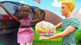 Кен делает Барби предложение в замке -  Видео для девочек