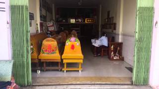 preview picture of video 'Kamboçya, Phnom Penh'in en işlek yerindeki komik tabut dükkanı'