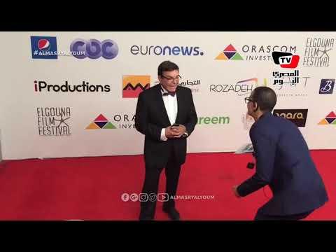 سمير صبري يمازح المصورين في حفل ختام «الجونة» السينمائي: «مش لابس حاجة»