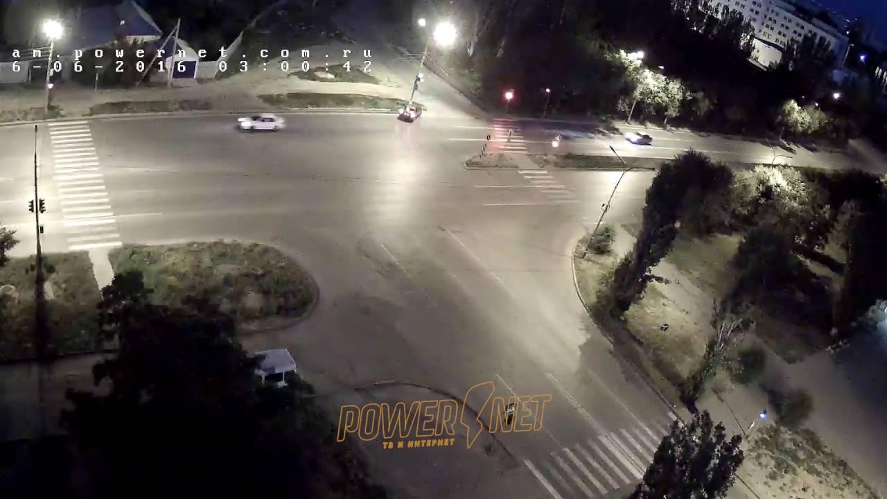 В Волжском водитель хотел проскочить на красный и влетел в фонарь