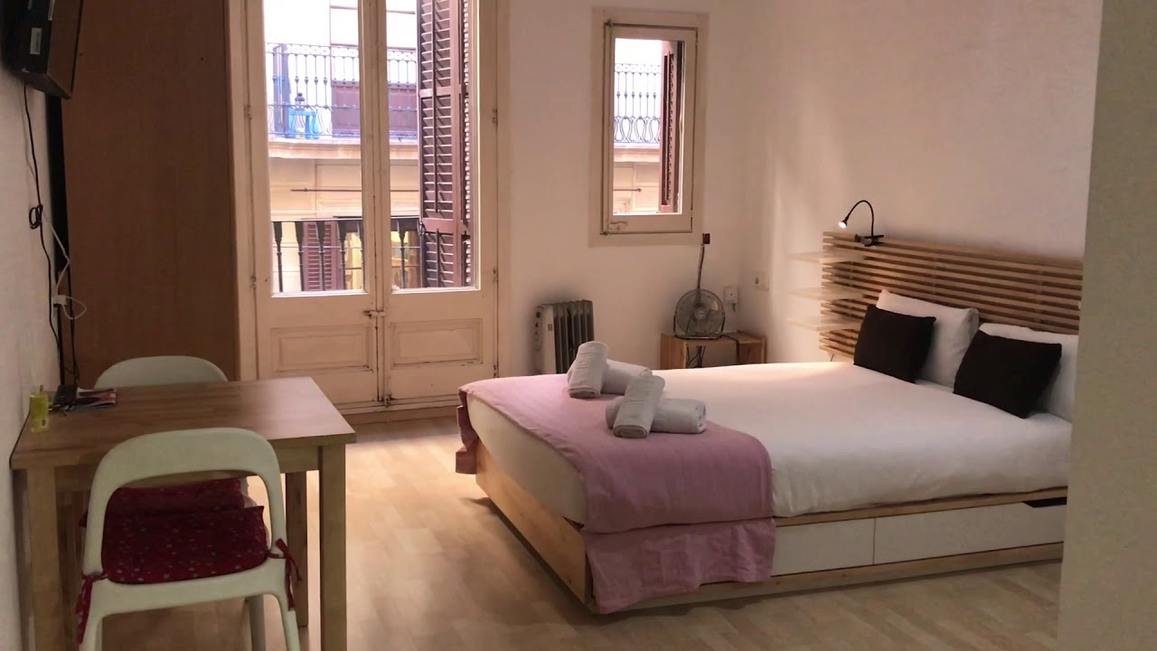 Renovated studio apartment with balcony for rent in El Raval