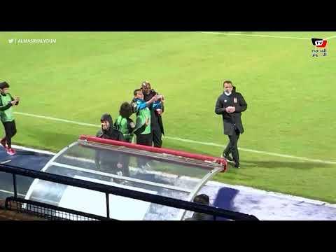 ناشئو البنك الأهلى يلتقطون السيلفي مع موسيمانى قبل بداية الشوط الثانى من مباراة الأهلى