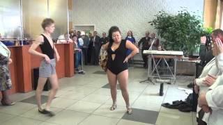 Смотреть онлайн Боня и Кузьмич, зажигательное выступление