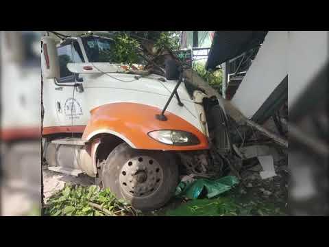 Xe container nổ lốp đâm sập nhà dân, 2 người đi xe máy thoát chết