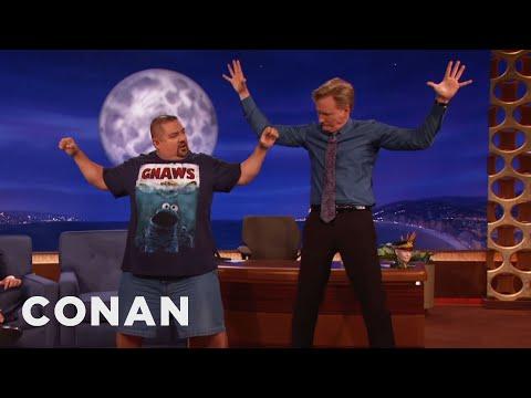 Gabriel Iglesias učí Conana jógu