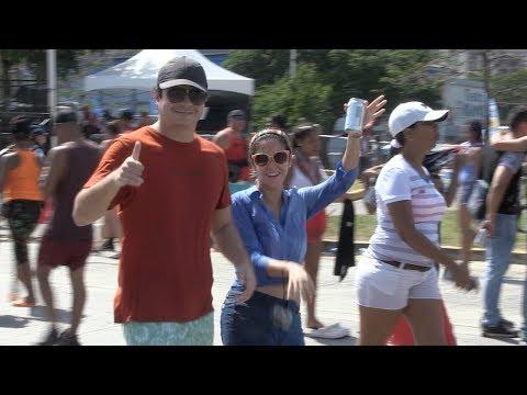 Turistas disfrutan del carnaval en la Cinta Costera