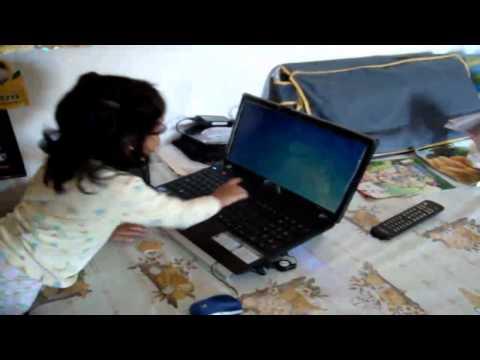 Alejandrita chateando y jugando con laptop (Videos JANO)