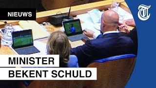 Betrapt! Ministers kijken voetbal tijdens debat