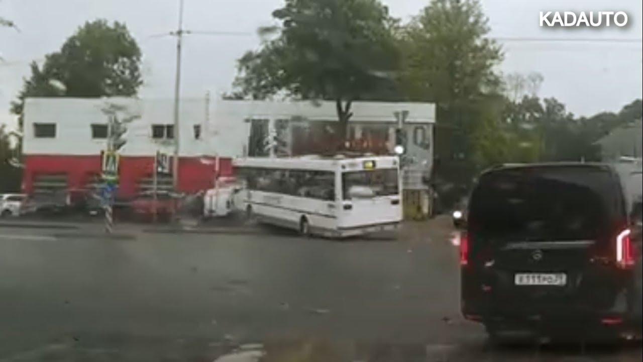 Автобус врезался  в парковку дилерского центра Citroen в Калинграде