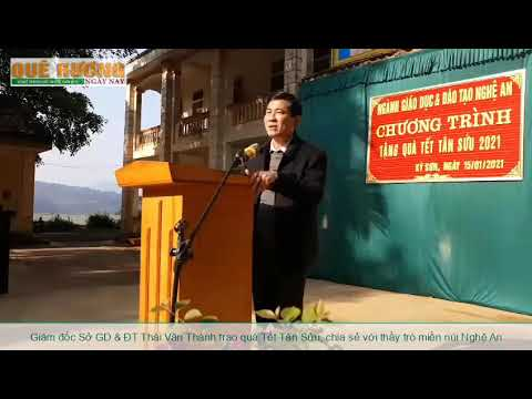 Giám đốc Sở Giáo dục & Đào tạo Thái Văn Thành trao quà Tết Tân Sửu, chia sẻ với thầy trò miền núi Nghệ An.