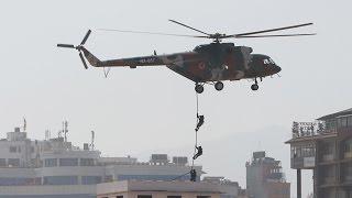 हेलिकोप्टरबाट छतमा झर्यो सेनाको टोली (फोटो/भिडियो)