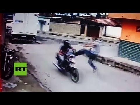 Lanza una patada voladora a un ladron en moto cuando percibe que lleva un arma de juguete