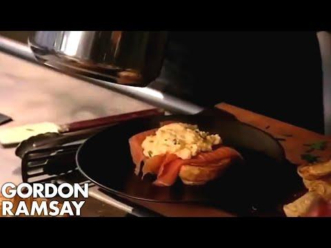 Vánoční recepty Gordona Ramsayho - Míchaná vejce s lososem