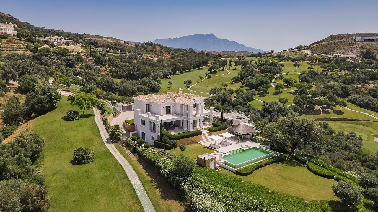 Magnificent villa for sale in Marbella Club Golf Resort, with private swimming pool and golf access
