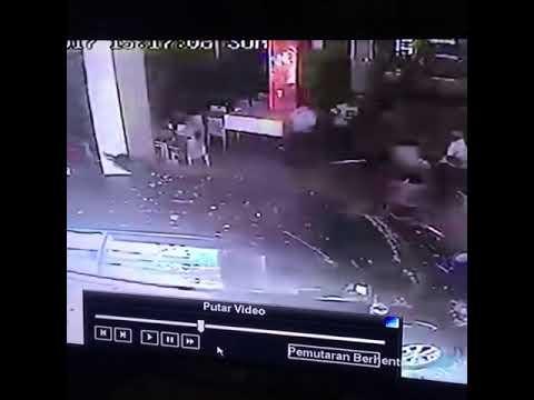 Video Detik-detik Mobil Avanza Masuk ke KFC di Banda Aceh