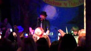 Джаспер (Джексон Ретбоун),  Джексон выступает с группой в Батон Руж (23.11)