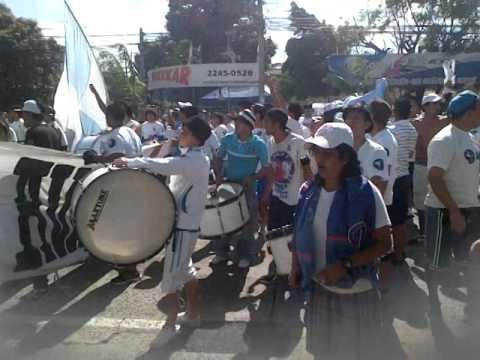 """""""Hinchada aliancista alentando en las afueras del ''Flor Blanca''"""" Barra: La Ultra Blanca y Barra Brava 96 • Club: Alianza"""