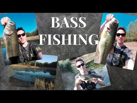 Funzionando pescando sul piccolo fiume