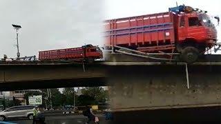 Video Truk Hampir Terjun dari Flyover Tol Slipi setelah Tabrak Pembatas Jalan