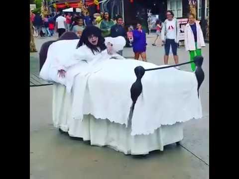 El mejor disfraz de la niña del Exorcista y hasta con Macarena incluida! XD