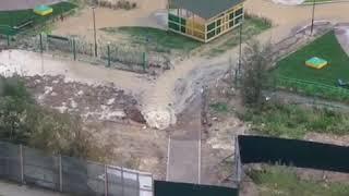 """На Пулковском шоссе строители """"пробурили"""" трубу. Теперь на территории детсада есть свой фонтан"""