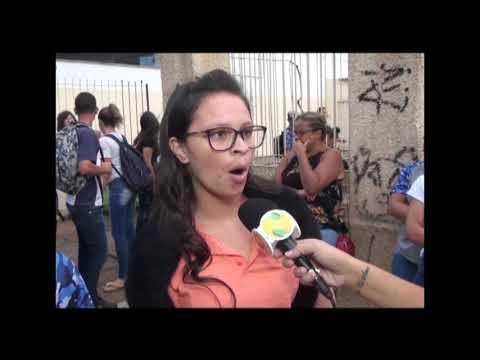 Estudantes fazem manifestação em defesa de professor acusado de assediar aluna