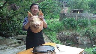 老爸喜欢吃猪头肉,买一个大猪头,今晚就吃它