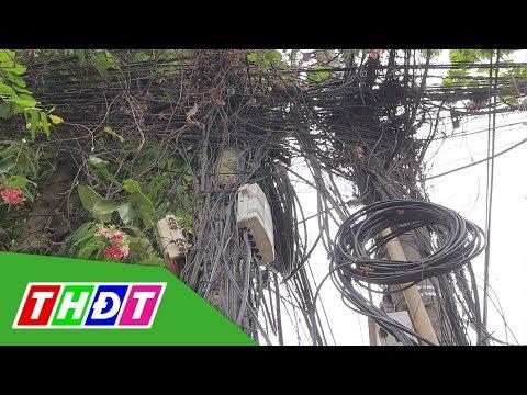 Nhiều loại dây chằng chịt trên cột điện như mạng nhện | THDT